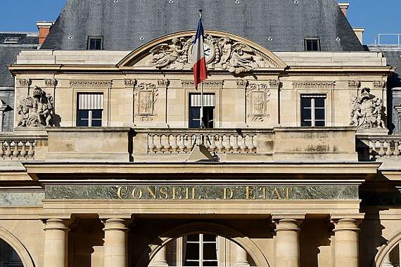 Détail de l'entrée du Conseil d'État français, installé depuis 1871 dans le bâtiment central du Palais-Royal, à Paris.